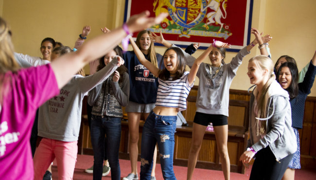 девочки танцуют в колледже msmstudy