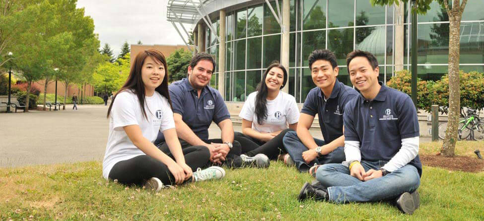 студенты позируют на траве msmstudy