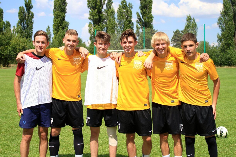 общее фото футболистов в фирменных футболках msmstudy