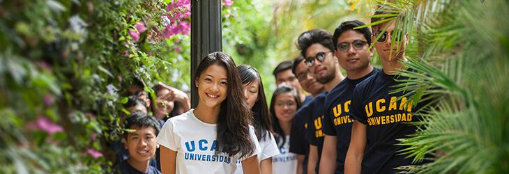довольные студенты в зелени msmstudy