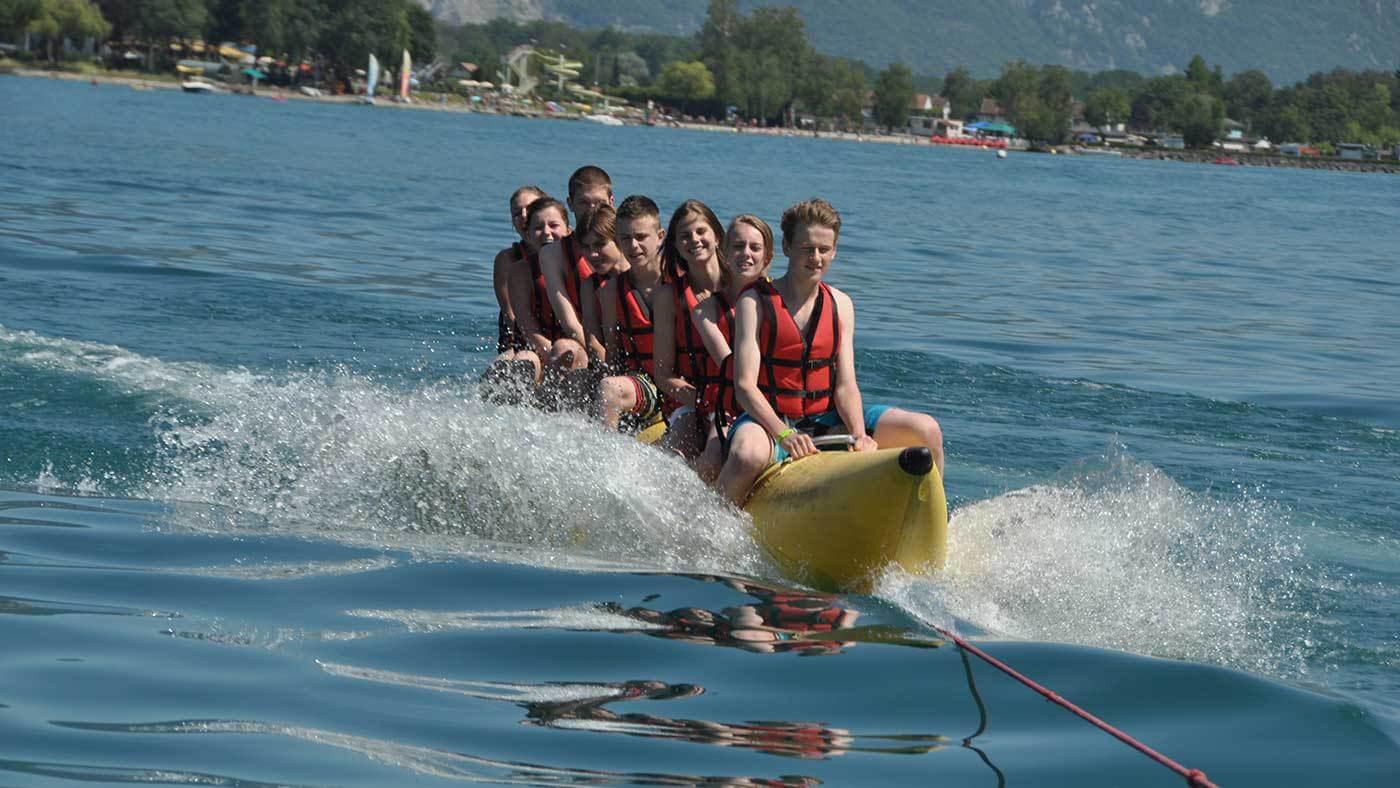 ребята катаются на банане по реке msmstudy