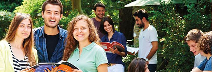 студенты за чтением в парке msmstudy