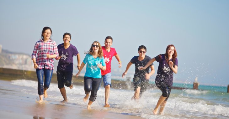 ребята бегут веселые по берегу msmstudy
