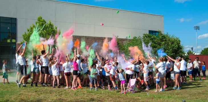 студенты бросают цветной порошок msmstudy