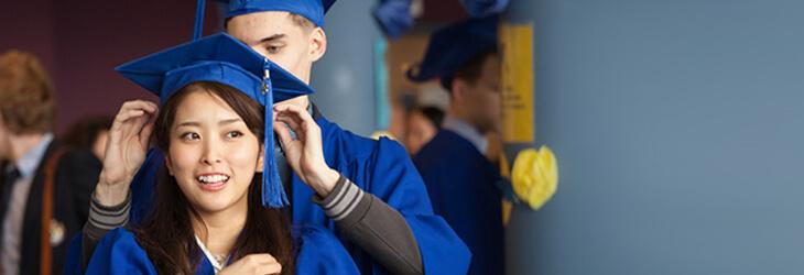 девушка надевает шляпу выпусниква msmstudy