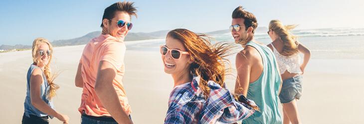 ребята гуляют по пляжу msmstudy