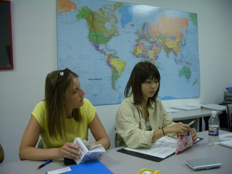девушки на фоне карты msmstudy