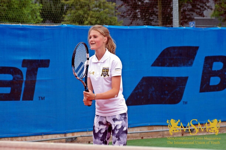 девушка играет в большой тенис msmstudy