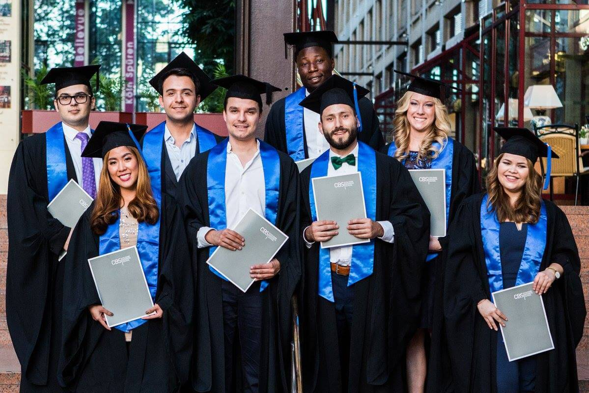 ребята с дипломами на общем фото msmstudy