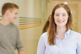 девушка улыбается в камеру msmstudy