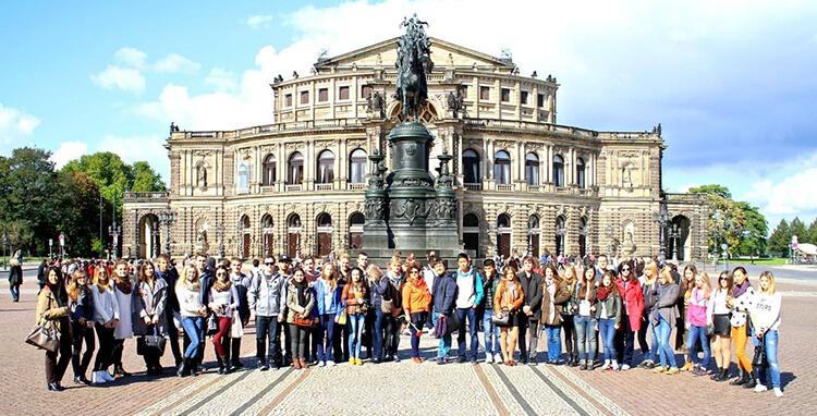 общее фото ребят на фоне красивого здания msmstudy