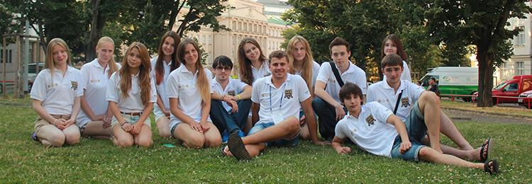 общее фото студентов на лужайке msmstudy