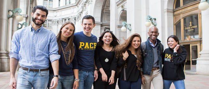 общее фото студентов на красивом фоне университета msmstudy