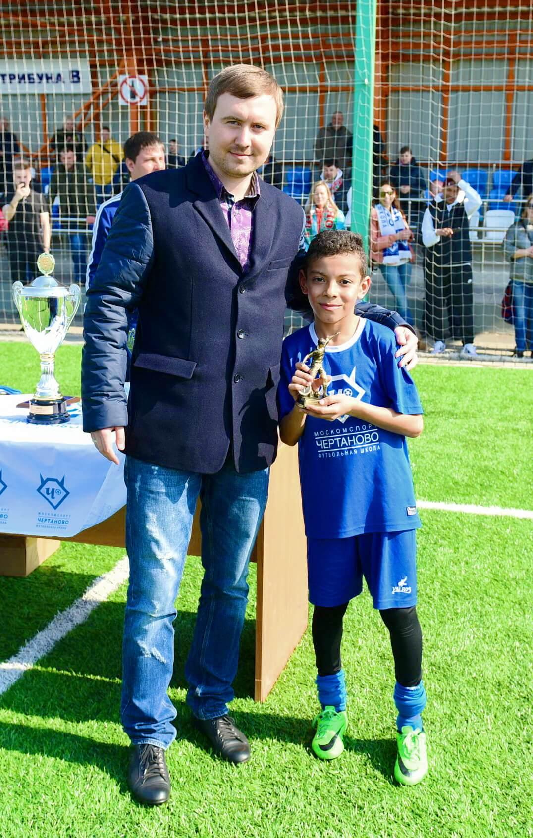 маленький футболист получает кубок msmstudy