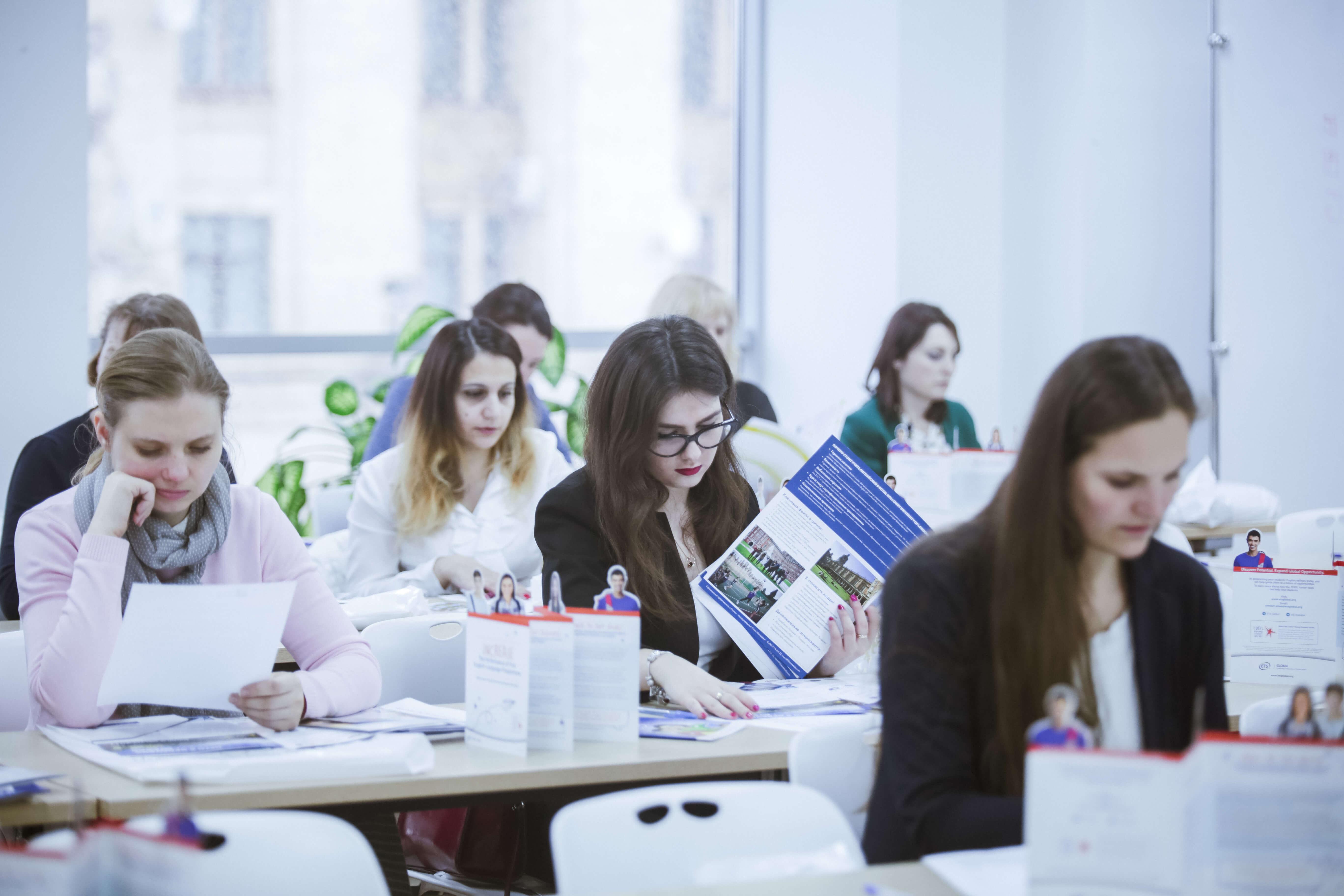 студенты мсм изучают брошуры msmstudy