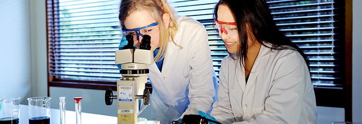 девушки смотрят в микроскоп msmstudy