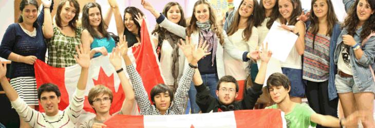 Группа студентов с флагами msmstudy