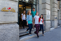 студенты выходят из кампуса msmstudy