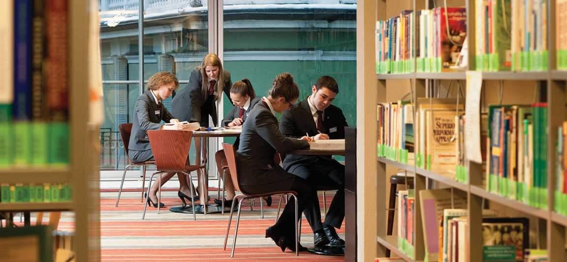 студенты в библиотеке msmstudy