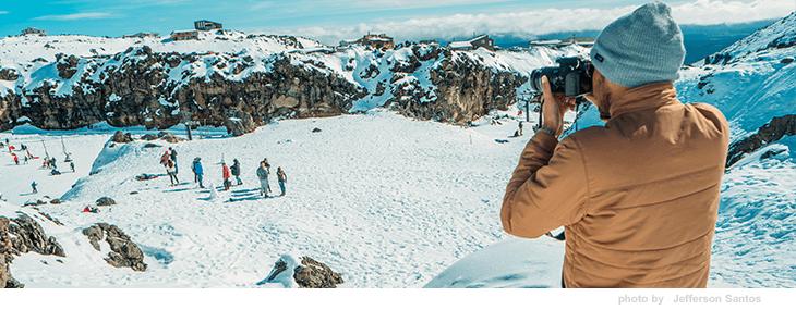 парень фотографирует в горах msmstudy