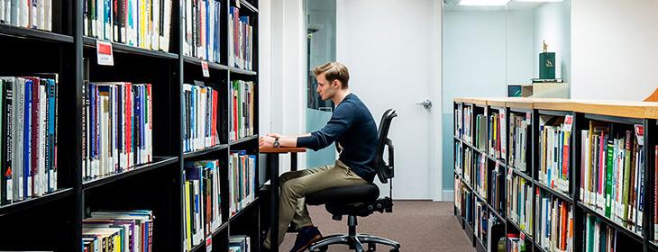 Парень в библиотеке университета канада вест msmstudy