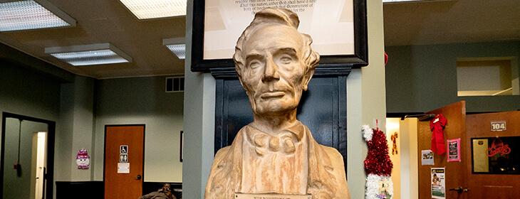 Памятник Линкольна в университете Линкольна msmstudy