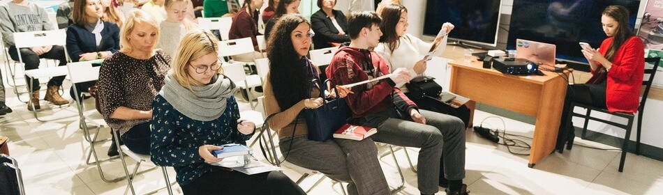 девушки слушают спикера msmstudy
