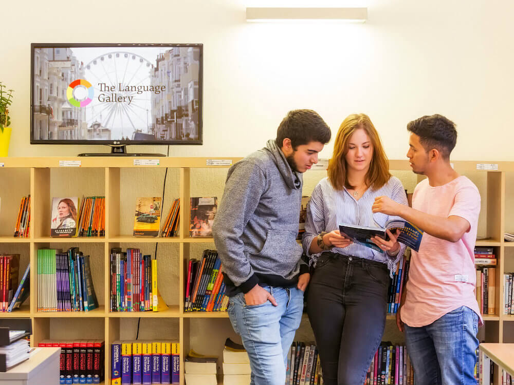 Студенты читают каталоги Лэнгвич Гэлари в Великобритании msmstudy