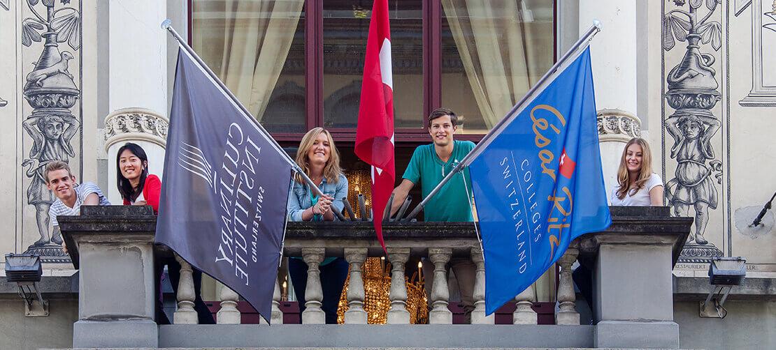 Молодые люди стоят на балконе сег msmstudy.com