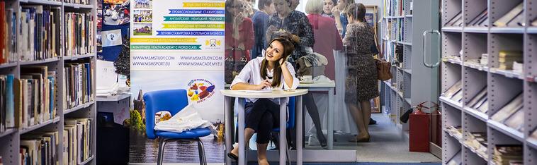 девушка сидит за столом и улыбается msmstudy.com