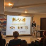 Высшее образование в Чехии, на сцене стоит молодая девушка и ведет презентацию