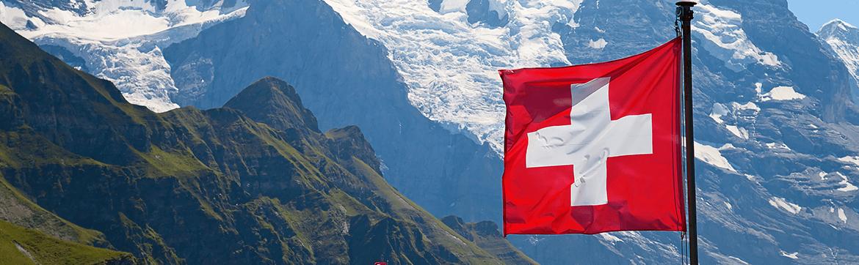 обучение в швейцарии, на фото флаг Швейцарии и Альпы