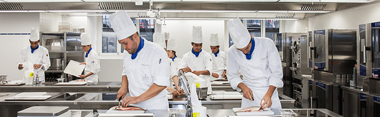 образование в Швейцарии, повора готовят еду в белых одеждах