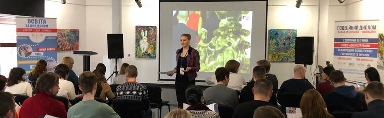 msmstudy.com, винница, женщина стоит на фоне проектора и ведет лекции