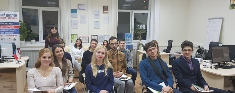 Медицинское образование за рубежом, сидят люди на стульях