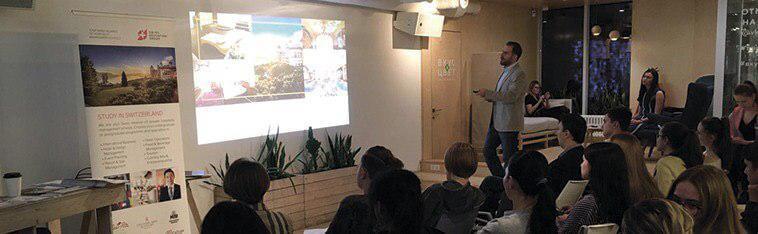ДОД вузов Швейцарии SEG, мужчина ведет лекцию