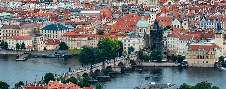 на фотографии весенняя Прага