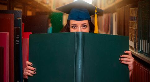 студентка в библиотеке